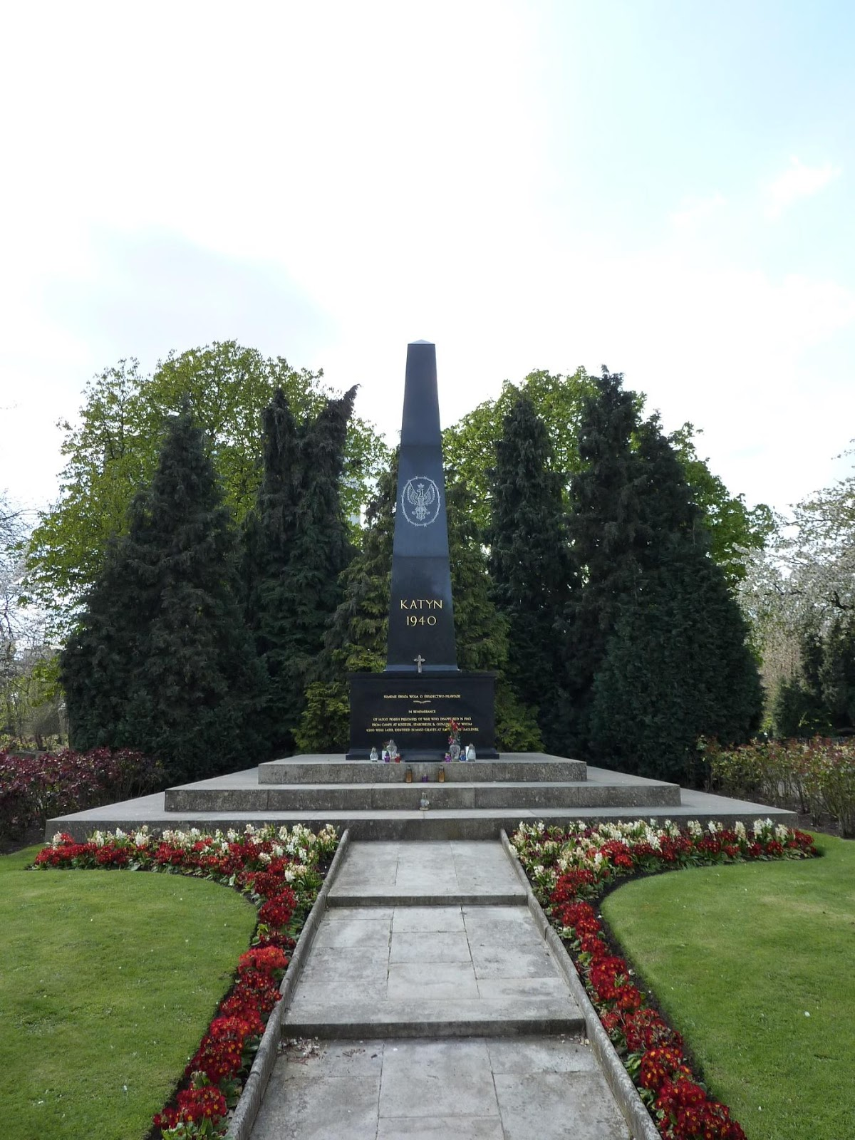 https://upload.wikimedia.org/wikipedia/commons/0/01/Katyn_memorial_in_Gunnersbury_Cemetery_%287282172884%29.jpg
